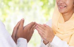 Muslimsk handfingerspets som trycker på hälsning royaltyfria foton