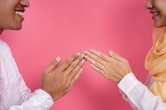 Muslimsk handfingerspets som trycker p? h?lsning arkivfoto
