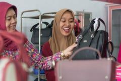 Muslimsk Hijab kvinnashopping f?r tv? p? modelagret royaltyfria bilder