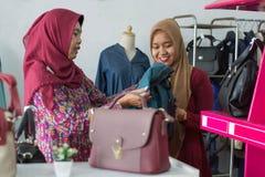 Muslimsk Hijab kvinnashopping f?r tv? p? modelagret royaltyfri foto