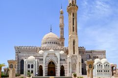 Muslimsk islamisk moské av vit tegelsten för samlingen av muselmaner för allmän bön, en liturgisk arkitektonisk struktur med a arkivfoto