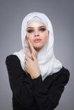 Muslimsk kvinna i hijab Arkivbild