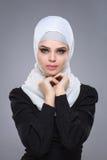 Muslimsk kvinna i hijab fotografering för bildbyråer