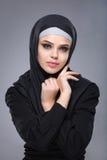 Muslimsk kvinna i hijab Arkivfoton