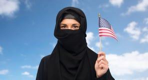 Muslimsk kvinna i hijab med amerikanska flaggan royaltyfria bilder