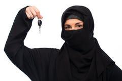 Muslimsk kvinna i hijab med biltangent över vit arkivbilder