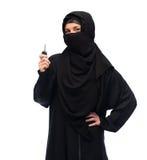 Muslimsk kvinna i hijab med biltangent över vit royaltyfria bilder