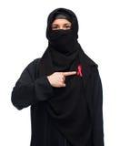 Muslimsk kvinna i hijab med det röda medvetenhetbandet Royaltyfri Fotografi