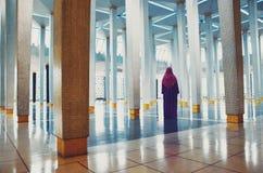 Muslimsk kvinna inom moské fotografering för bildbyråer