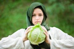 Muslimsk kvinna med kål Arkivbilder