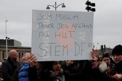 MUSLIMSK KVINNA MOT HITZ UT TAHIR I KÖPENHAMN arkivfoton