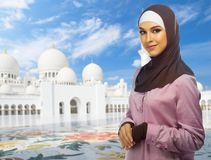 Muslimsk kvinna p? mosk?bakgrund fotografering för bildbyråer