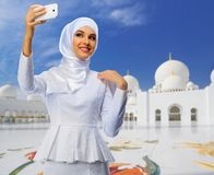 Muslimsk kvinna p? mosk?bakgrund royaltyfri fotografi