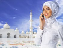 Muslimsk kvinna p? vit mosk?bakgrund fotografering för bildbyråer