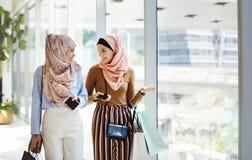 Muslimsk kvinna som fångar upp efter arbete royaltyfria foton