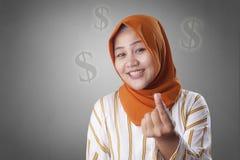 Muslimsk kvinna som gör pengargest royaltyfria bilder