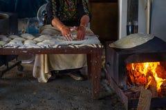 Muslimsk kvinna som g?r mat arkivbilder
