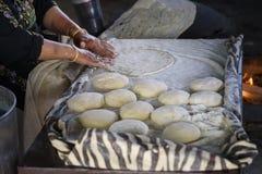 Muslimsk kvinna som g?r mat fotografering för bildbyråer