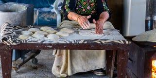 Muslimsk kvinna som g?r mat arkivfoto