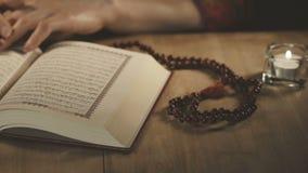 Muslimsk kvinna som läser Koranen i moské stock video