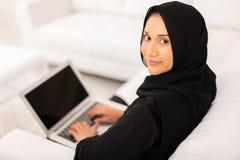 Muslimsk kvinnabärbar datordator royaltyfri fotografi