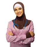 Muslimsk kvinnadoktor med stetoskopet arkivbild
