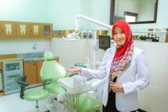 Muslimsk kvinnatandläkare Arkivbild