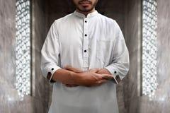 Muslimsk man som ber i moské Arkivbild
