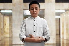 Muslimsk man som ber i moské Arkivbilder