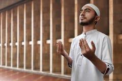 Muslimsk man som ber i moské Royaltyfria Foton