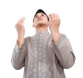 Muslimsk man som gör bönen Arkivbilder