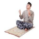 Muslimsk man som gör bönen Arkivfoton