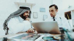 Muslimsk man som har Consultiation doktor Therapist royaltyfri bild