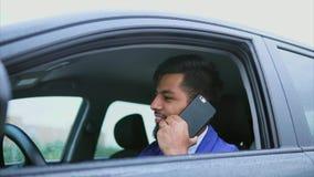 Muslimsk man som kör bilen och anseendet i trafikstockning arkivfilmer