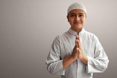 Muslimsk man som ler på grå bakgrund Royaltyfria Foton