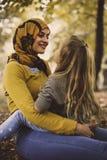 Muslimsk moderaktieförälskelse med dottern Ögon till ögon royaltyfri foto