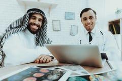 Muslimsk patient och ledoktor Looking Camera royaltyfri foto