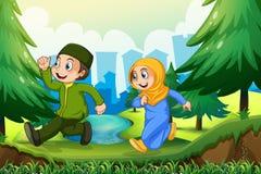 Muslimsk pojke och flicka i parkera Arkivbild