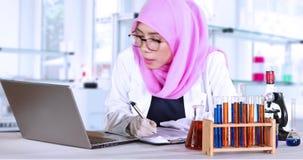 Muslimsk rapport för forskaredanandeforskning stock video