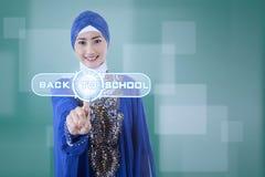 Muslimsk student som använder den moderna manöverenheten Arkivfoto
