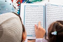 Muslimsk syskongrupp som pekar till ordet: Ramadan The ho royaltyfri foto