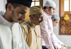 Muslimska böner i Tashahhud ställing arkivfoto