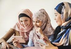Muslimska flickor som ut inomhus har royaltyfria bilder