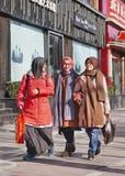 Muslimska flickor tillsammans i Pekingmitten, Kina Royaltyfri Bild