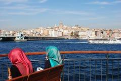 Muslimska kvinnor som ser havet royaltyfria foton