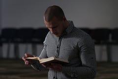 Muslimska män läser Koranen royaltyfri foto