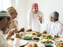 Muslimska män som firar att avsluta av Ramadan royaltyfri bild