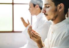 Muslimska män som gör Dua till Allah royaltyfria bilder