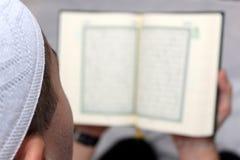 Muslimska män som läser Koranen Arkivfoto
