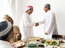 Muslimska män som skakar händer på lunchtime fotografering för bildbyråer